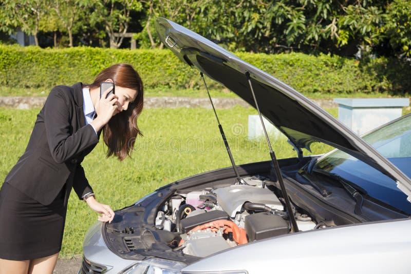 Spanningsonderneemster die hulp met auto gebroken concept verzoeken stock foto