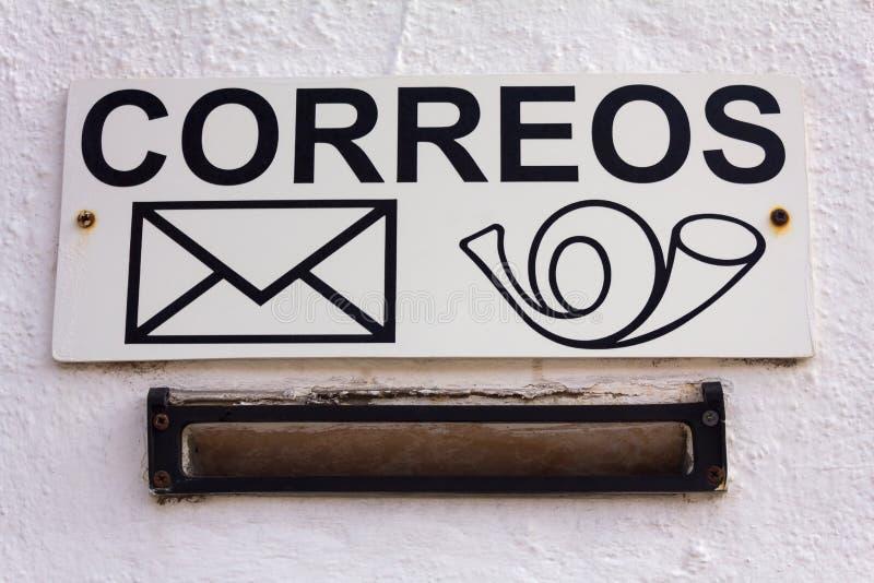 Spansk brevlåda Tecknet på den vita väggen royaltyfri bild