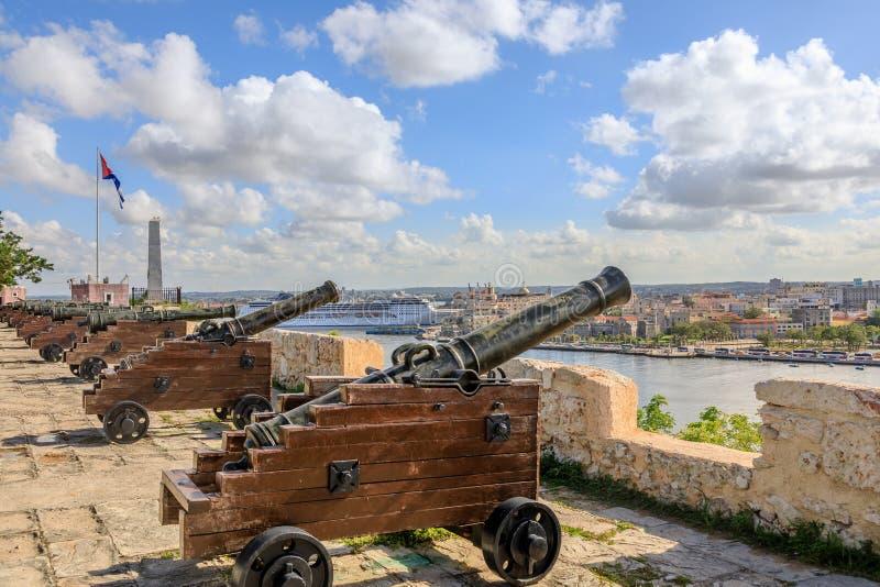 Spansk fästning för El Morro med fyren, kanoner och kubansk fla royaltyfria foton