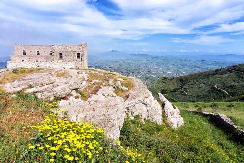 Spansk fjärdedel för panorama i Erice i Sicilien, Italien royaltyfri bild