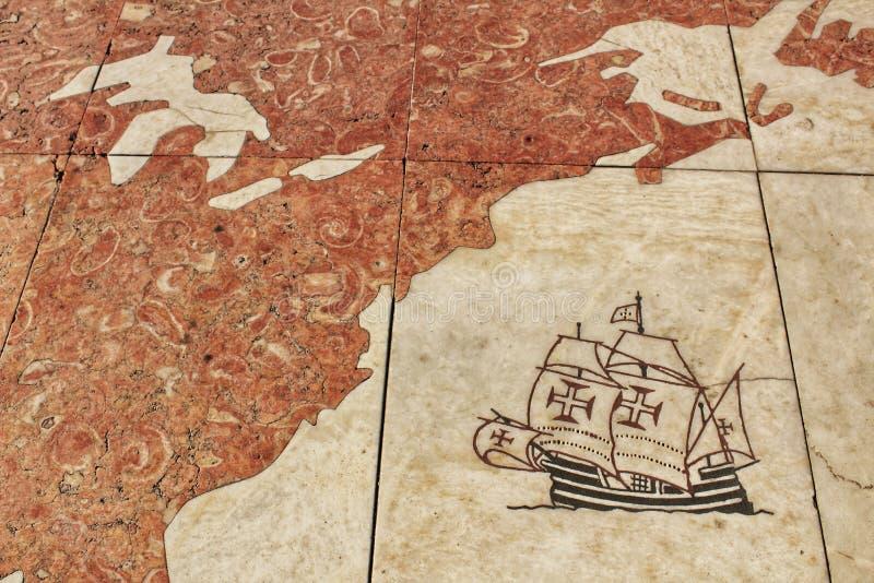 Spansk gallion ankommande Amerika som inristas på golvet arkivfoto