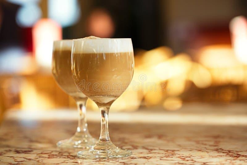 Spansk kaffelatte i högväxta exponeringsglas med solig backgrou för morgon royaltyfri bild