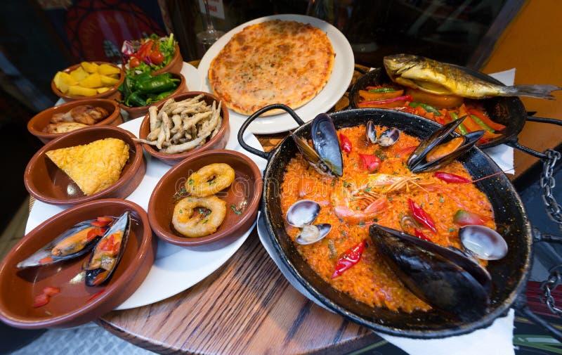 Spansk kokkonst, tapas och havs- paella arkivbild