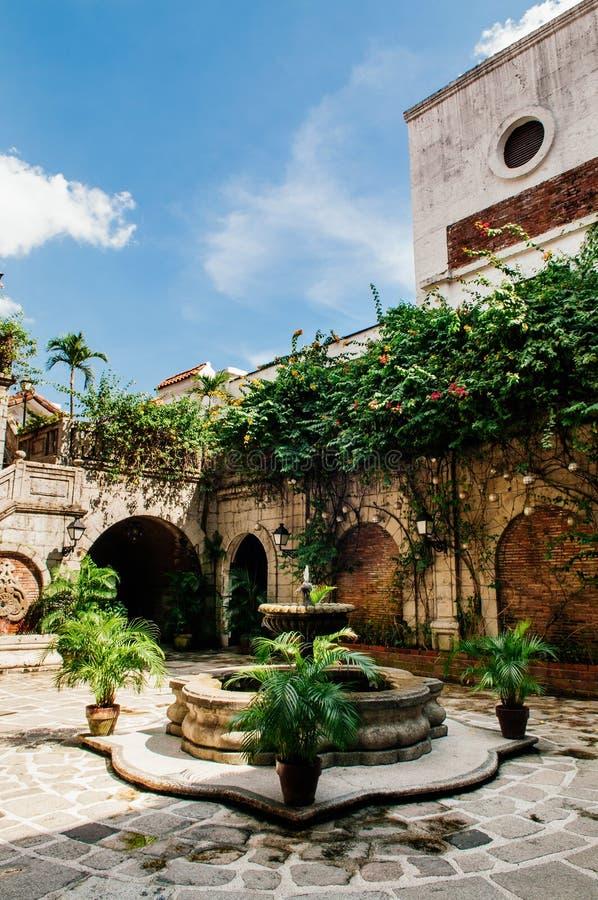 Spansk kolonial husspringbrunn i casaen Manila, Filippinerna fotografering för bildbyråer