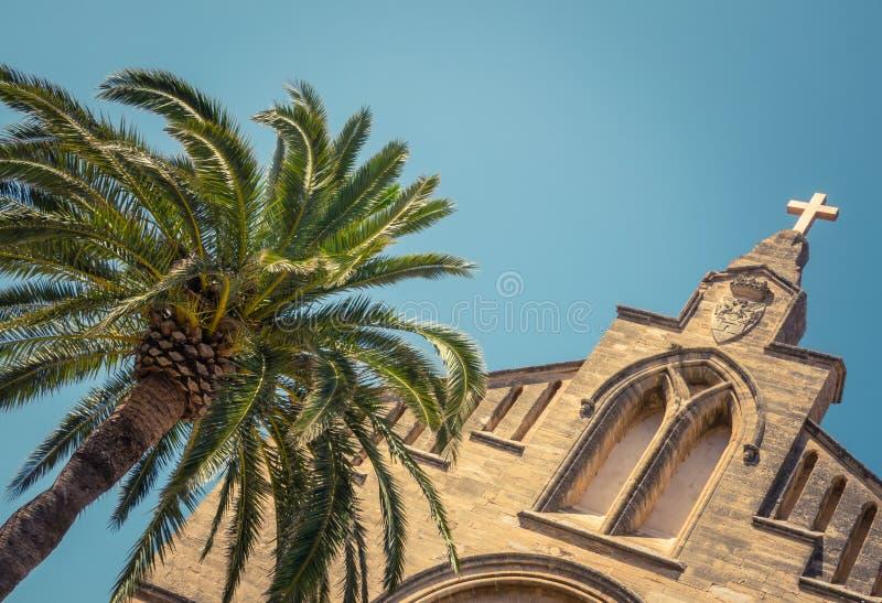 Spansk kyrka och palmträd royaltyfri foto