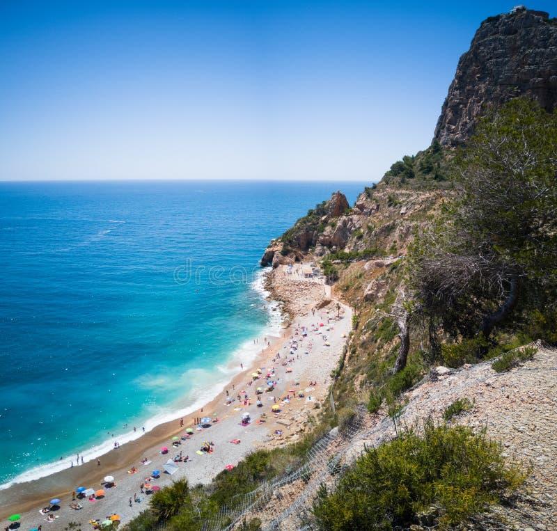 Spansk medelhavs- kust i Alicante Panoramautsikt av den Moraig stranden i Benitachell royaltyfri foto
