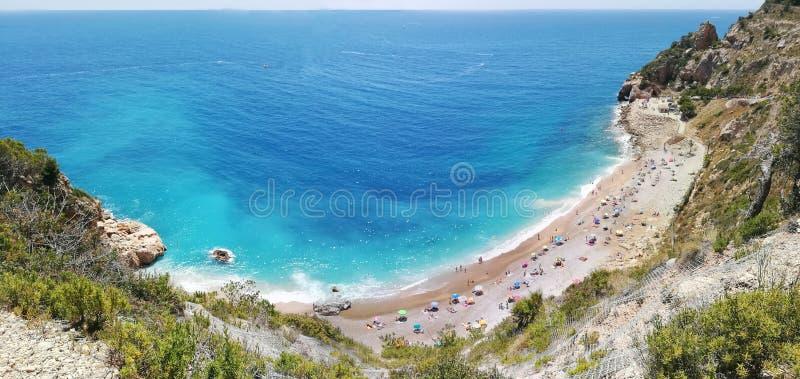 Spansk medelhavs- kust i Alicante Panoramautsikt av den Moraig stranden i Benitachell arkivfoton