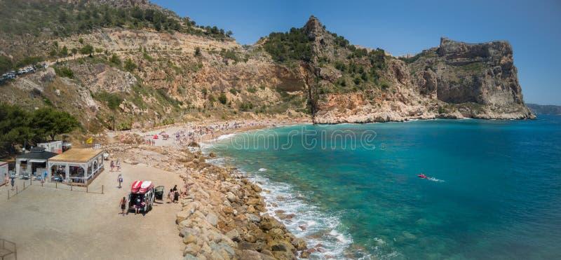 Spansk medelhavs- kust i Alicante Panoramautsikt av den Moraig stranden i Benitachell fotografering för bildbyråer