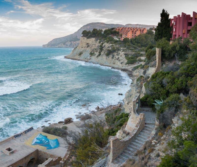 Spansk medelhavs- kustlinje i Alicante Manzanera strand i Calpe royaltyfri bild