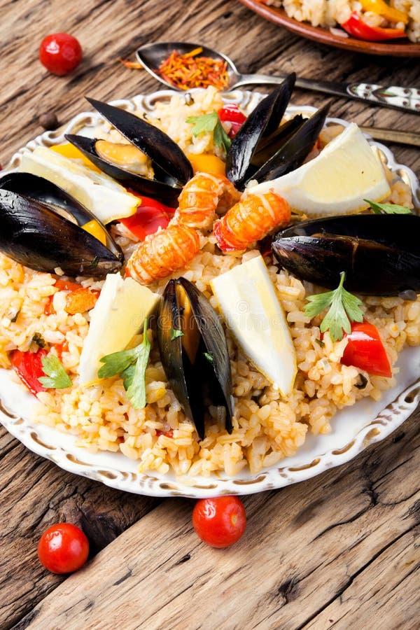 Spansk paella med skaldjur arkivfoton