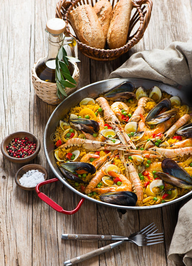 Spansk paella med skaldjur royaltyfri foto