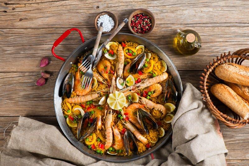 Spansk paella med skaldjur, sikt från över arkivbild