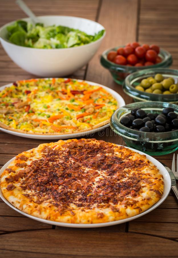 Spansk pizza med Iberian skinka royaltyfri fotografi