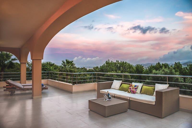 Spansk veranda och soffa med vin royaltyfri fotografi
