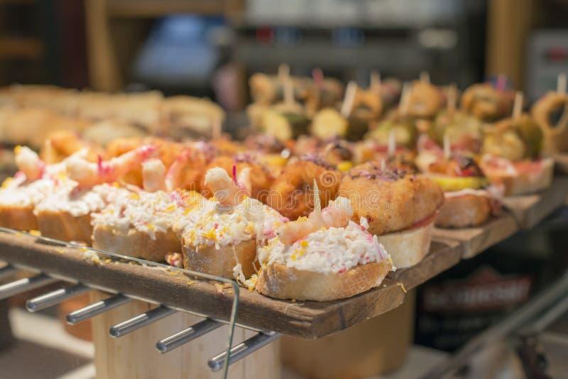 Spanska blandade tapas, baskisk kokkonst, pintxos Bilbao, Spanien royaltyfri foto