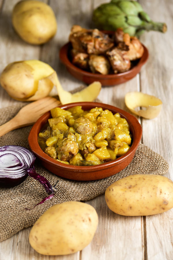 Spanska guiso de patatas lurar albondigas, en ragu med potatotes a royaltyfri fotografi