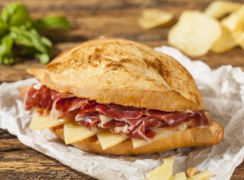 Spanska iberiska jamonskinka och ostsmörgåsar arkivfoto