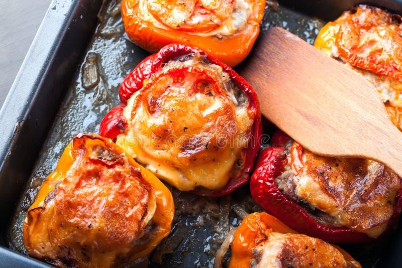 Spanska peppar som är välfyllda med kött och ost arkivfoton