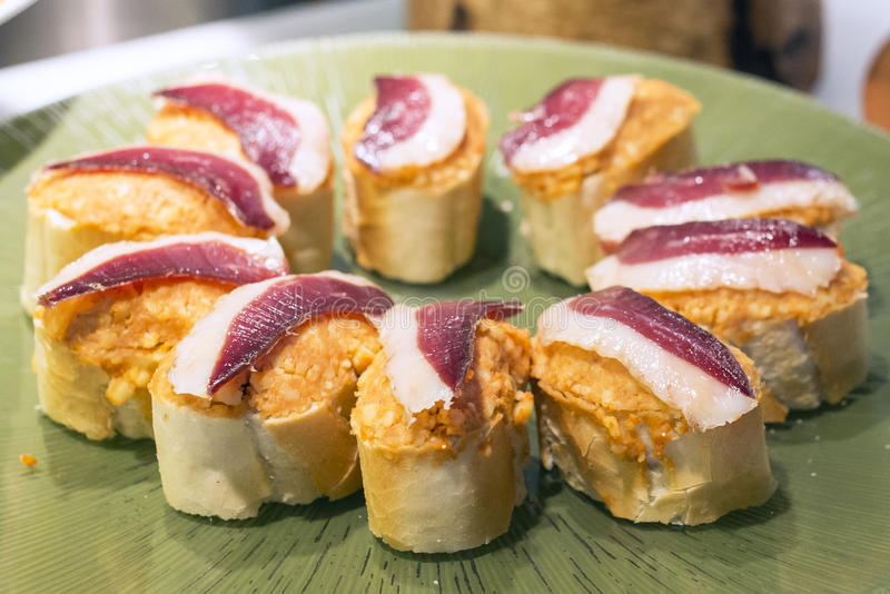 Spanska tapas för Closeup av serranoskinka, basque kokkonst arkivfoton