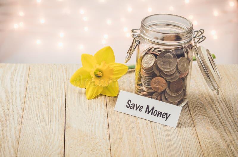 Spara begreppet för besparingar för pengarpengarkruset det motivational royaltyfria bilder