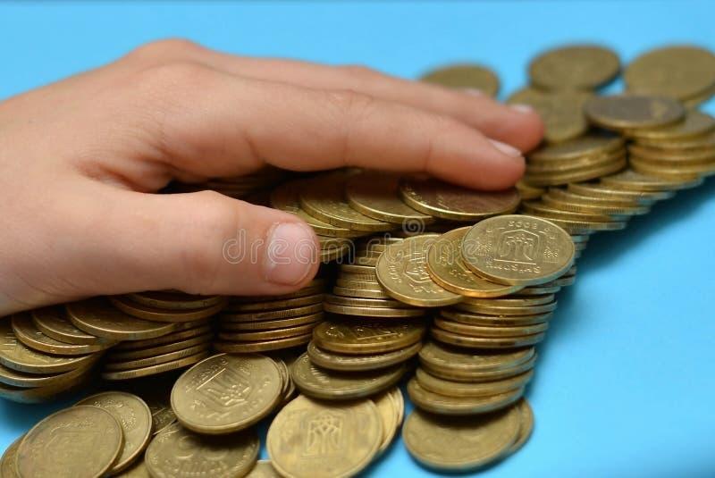 Spara pengar för avgång och redovisa bankrörelsen för finansbegreppet, manhand med myntpengar på stil för tappning för tabell för royaltyfri fotografi
