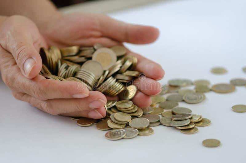 sparande Det finns många mynt i den manliga handen royaltyfri foto