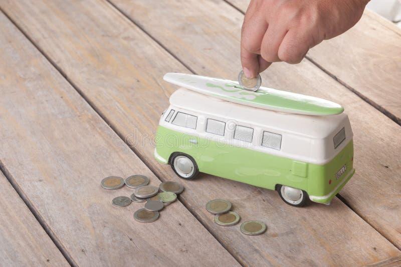 Sparande mynt på skåpbilen arkivfoton