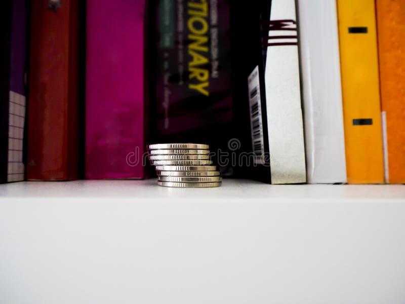 Sparande pengar f?r den framtida investeringen royaltyfri fotografi