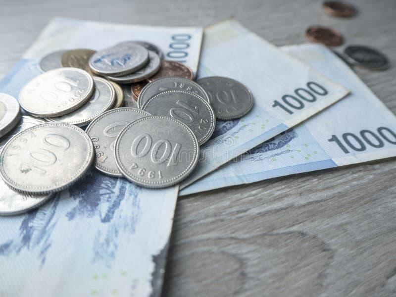 Sparande pengar f?r den framtida investeringen arkivbilder