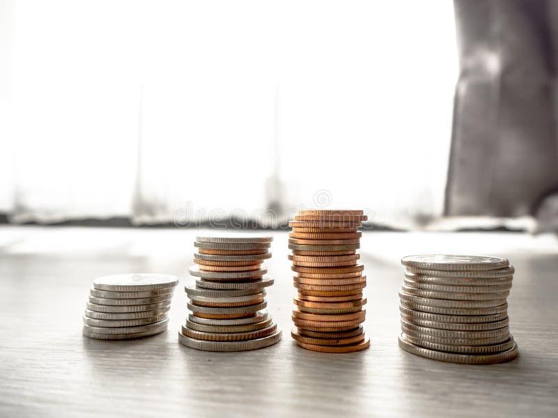 Sparande pengar f?r den framtida investeringen royaltyfri bild