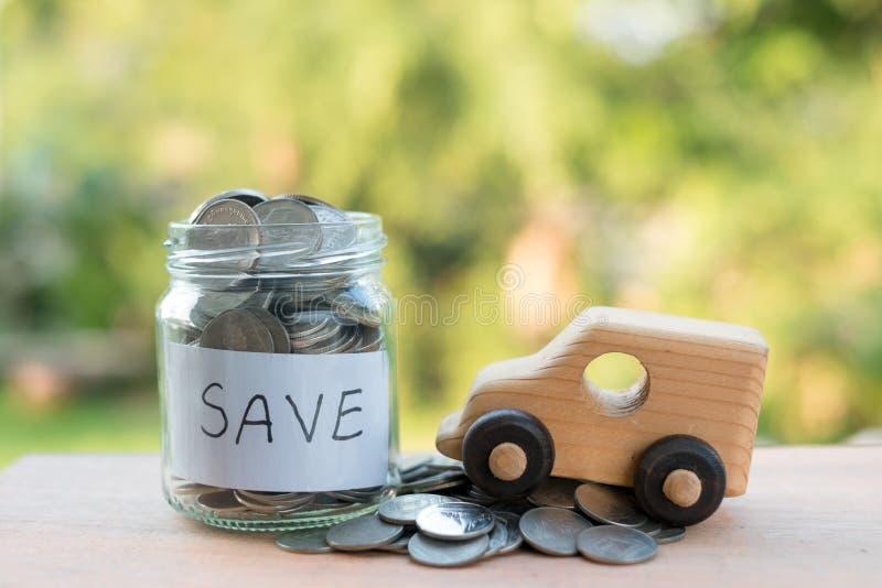 Sparande pengar med buntpengarmyntet för att växa din affär, thais mynt som staplar på trätextur som sparar för bra framtida liv, arkivbilder