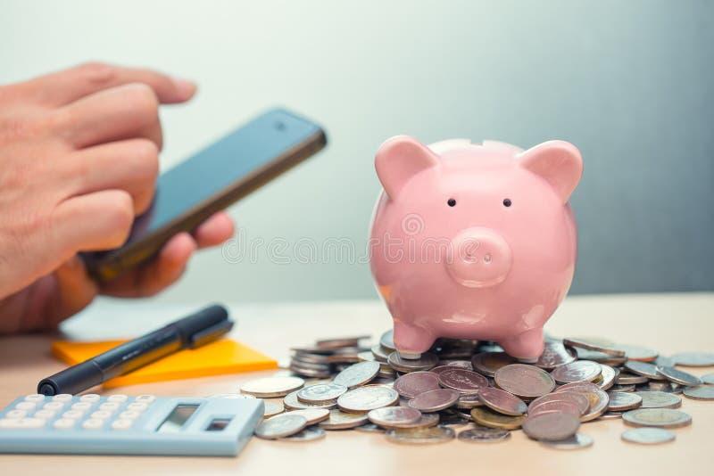 Sparande pengar med Smartphone Apps för mobila bankrörelsen för internet royaltyfria foton
