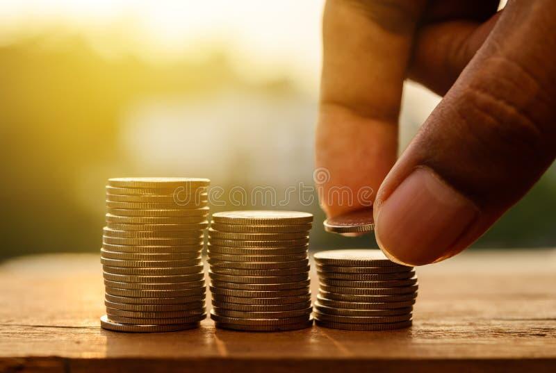 Sparande pengar och packa ihop för finansbegrepp royaltyfria bilder