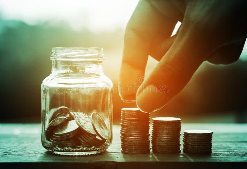 Sparande pengar och packa ihop för finansbegrepp arkivbild