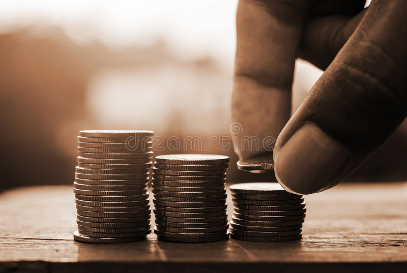 Sparande pengar och packa ihop för finansbegrepp royaltyfri fotografi