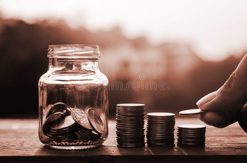 Sparande pengar och packa ihop för finansbegrepp arkivfoton
