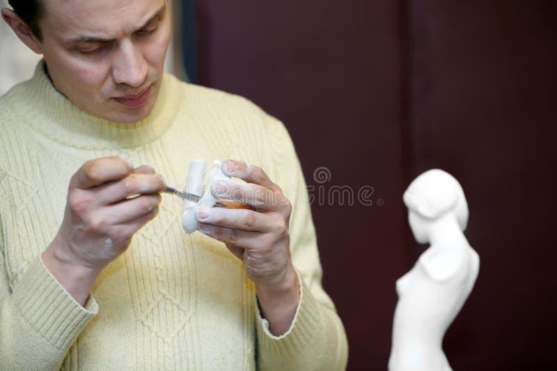 sparar uppmärksamt fragmentskulptörskulptur royaltyfri foto