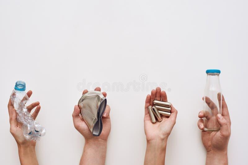 Sparate ваша погань 4 типа отброса в человеческих руках стоковое фото