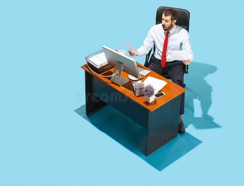 Sparato da sopra di un uomo alla moda di affari che lavora ad un computer portatile immagini stock libere da diritti