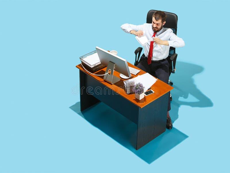 Sparato da sopra di un uomo alla moda di affari che lavora ad un computer portatile fotografia stock libera da diritti