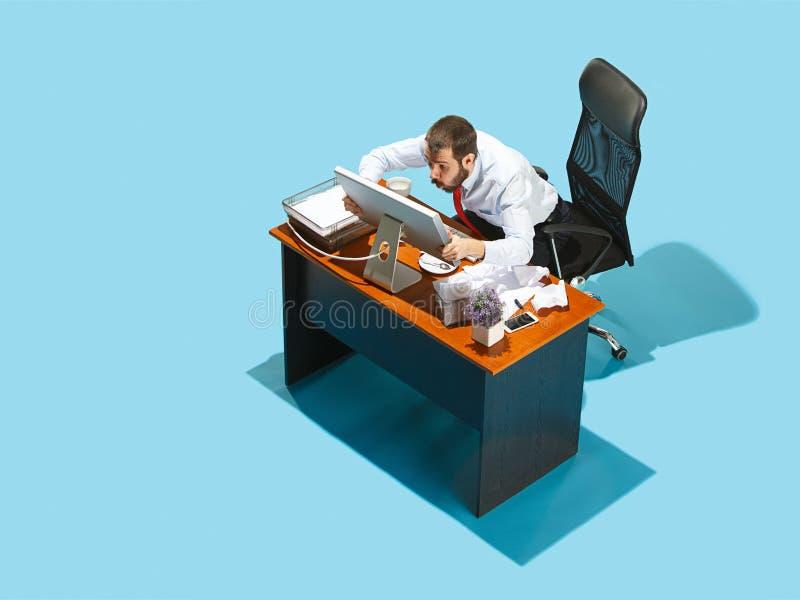 Sparato da sopra di un uomo alla moda di affari che lavora ad un computer portatile immagine stock libera da diritti