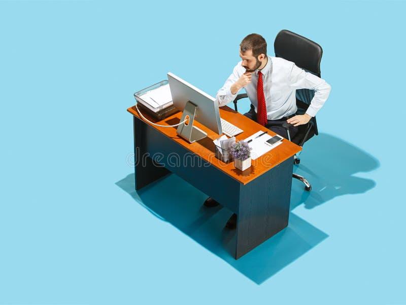 Sparato da sopra di un uomo alla moda di affari che lavora ad un computer portatile fotografia stock
