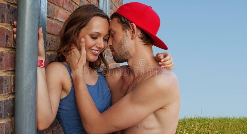 Sparato dei giovani appassionati nell'amore immagini stock