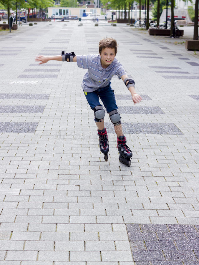 Sparato del rollerskater scorrevole sorridente nella protezione immagini stock libere da diritti
