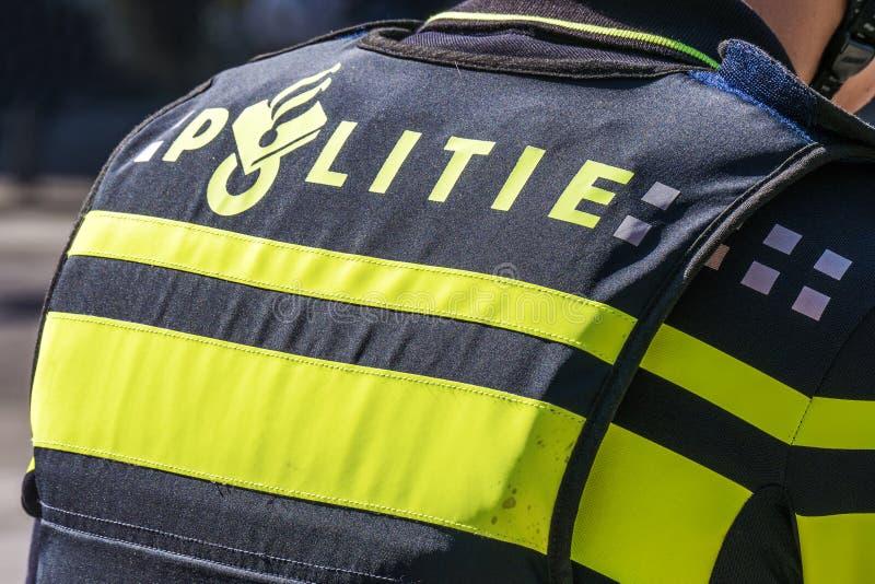Sparato della parte posteriore di un ufficiale di polizia olandese fotografie stock
