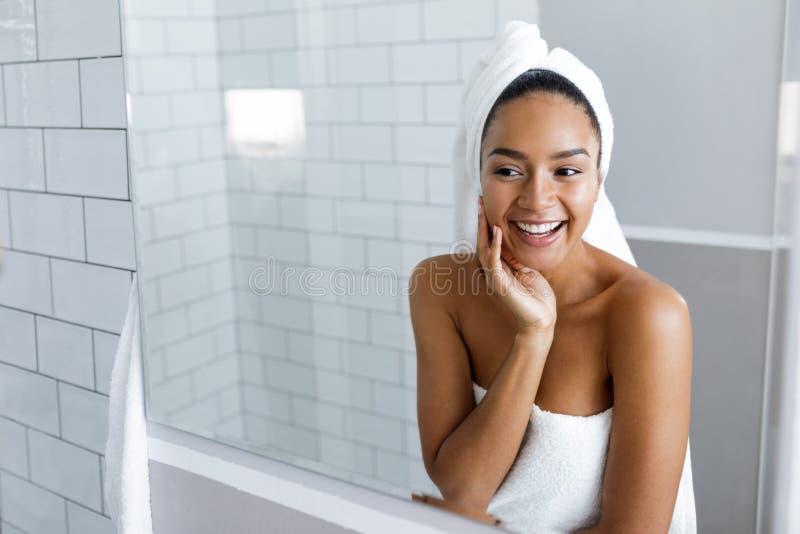 Sparato di bella giovane donna con un asciugamano fotografia stock libera da diritti