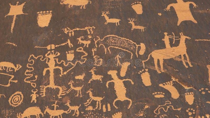 Sparato di un petroglifo indiano americano di arte di una scena cercante su newspape immagine stock libera da diritti