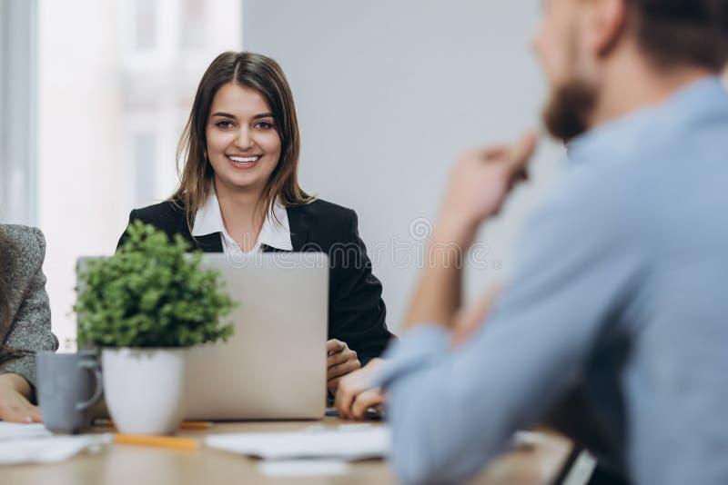 Sparato di una donna di affari matura attraente che lavora al computer portatile nella sua stazione di lavoro fotografia stock