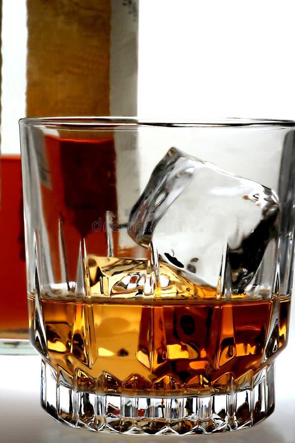 Sparato di whisky e della bottiglia fotografia stock