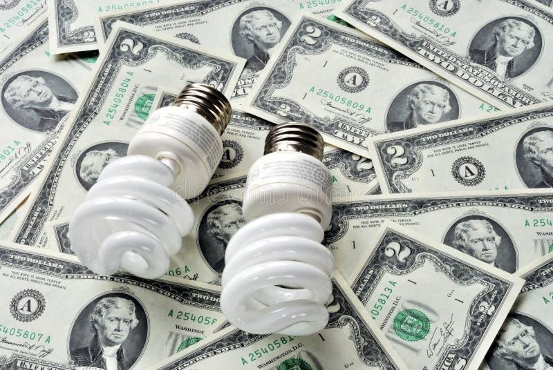 Sparen geld door energie te gebruiken - besparingen gloeilampen royalty-vrije stock foto's